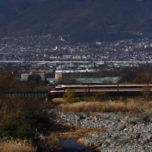 鹿島槍ヶ岳を背景に松川橋梁を渡る<ゆけむり>