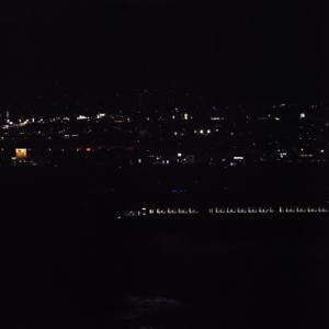 茜空に映える鹿島槍ヶ岳を背景に松川橋梁を渡る<ゆけむり>の窓灯り