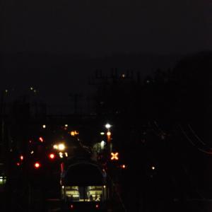 槍ヶ岳のシルエットを遠望する宵闇の交換駅