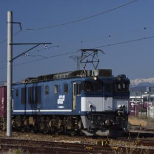 広島更新色1046号機の北長野貨物駅入れ替え作業 新雪の槍ヶ岳を添えて
