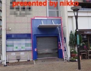 駅前の商業施設の出入りの少ない朝方からの作業しました。