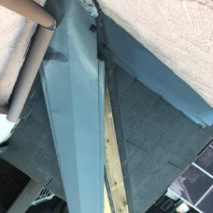 強風で剥がれかけた棟覆い。