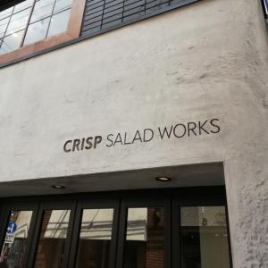 クリスプ・サラダワークス でボウルいっぱいのサラダ