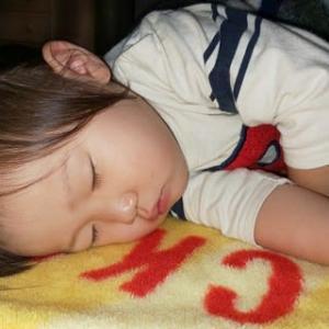 寝顔で癒されて・・・。
