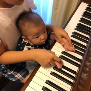 生後2ヶ月 70日目 2人でピアノ