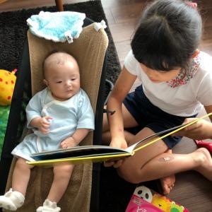 本の読み聞かせをする娘