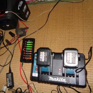 今日はバッテリーの充電祭り! / 薪割りと薪棚の整理