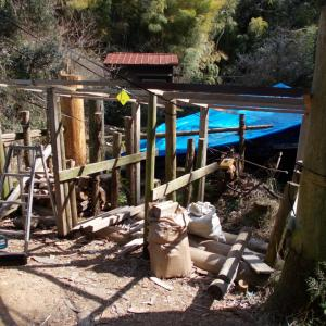 薪棚の屋根作り - 廃材と丸太を使った、材料費0円の薪棚
