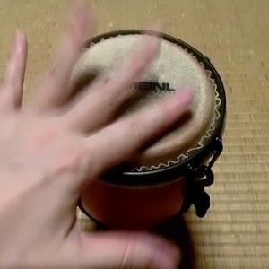 小さな太鼓を敲くでごんす。
