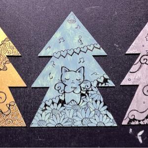 木製クリスマスカード描いてます♪
