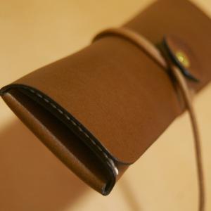 一枚革の巻き紐ペンケース(革色:チョコ /  麻糸:白)