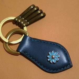 手縫いのキーホルダー (革色:ブルー / 麻糸:青 / 花カシメ:青9弁)