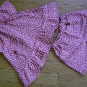 3歳児用ピンク花柄のチュニックとショートパンツです。