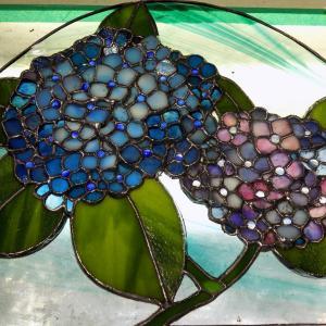 リビングカルチャー、ステンドグラス教室「小山様の紫陽花」少し立体にしてみました。