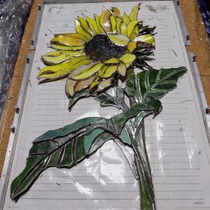 窯で・ステンドグラスのひまわりの花びら・額・茎を溶かして曲げて制作中です。