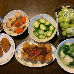 夕食は、ヒレカツ、たこ焼き、レバニラ炒め、烏賊・里芋・人参・隠元の煮物、胡瓜の糠漬け、ホタテのモチ餃子・ほうれん草・ネギの中華スープ、シャインマスカット。