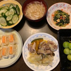 夕食は、カニ懐石焼売、豚の蒸ししゃぶ(キャベツ・玉ねぎ・ぶなしめじ・南瓜)、ツナ・小松菜・人参の卵和え、胡瓜の糠漬け、もやしの味噌汁、シャインマスカット。