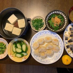 夕食は、湯豆腐、カニ焼売、にしん・数の子の親子マリネ、ほうれん草のおひたし、胡瓜の糠漬け、ブロッコリーの胡麻和え、竹の子・蒟蒻・人参・山クラゲ炒め、ウィスキー・響、ネギ・とろろ昆布の味噌汁、みかん。