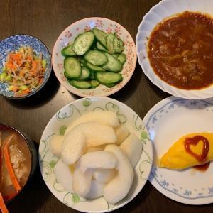 夕食は、ハッシュドビーフ、オムレツ、枝豆・牛蒡・人参サラダ、胡瓜の糠漬け、ずわいがにの味噌汁、梨・新高。