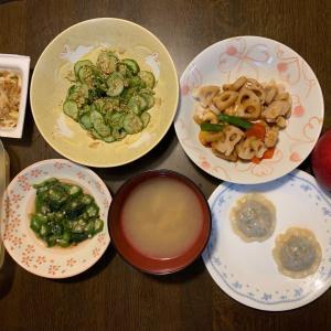夕食は、鶏・蓮根・ピーマン・隠元・カシューナッツ炒め、オクラ・モロヘイヤのめかぶ和え、ねぎパオズ、胡瓜の古漬け・ごま・鰹節、レモンの蜂蜜漬け、納豆・ねぎ、椎茸の味噌汁、りんご・サンふじ。