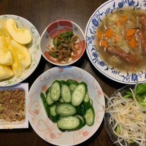 夕食は、ウィンナー・キャベツ・人参・椎茸・玉ねぎのポトフ、牛蒡・ピーマンの金平、胡瓜の糠漬け、納豆。ネギ、もやし・サラダ菜、りんご・サンふじ。