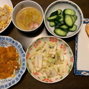 夫の夕食は、海老チリソース、鮭の塩焼き、白菜のポン酢漬け、胡瓜の糠漬け、卵炒飯、ウィンナーとキャベツのコンソメスープ、りんごのワイン煮、いちご・紅ほっぺ。