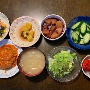 夕食は、チーズハンバーグ、さつまいものレーズン煮、ベーコン・ほうれん草・コーンのソテー、サニーレタス、胡瓜の糠漬け、もやしの味噌汁、パインのワイン煮、いちご・紅ほっぺ。