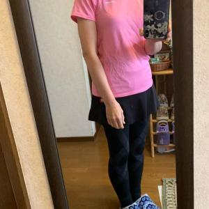 ピンク・白のスポーツTシャツ、黒のスコート、黒のスポーツタイツ、黒の靴下、ムートンブーツ。カラフルなロングカーディガン、黒のベロアスパッツ。臙脂のライトダウン。