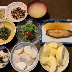 夕食は、白身魚の煮つけ、ひじき・大豆・油揚げ・人参煮、ほうれん草・人参の胡麻和え、長芋の海苔和え、蕪の糠漬け、納豆・ネギ、キャベツの味噌汁、りんご・サンふじ。