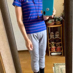 青にピンクのボーダーのポロシャツ、グレーの7分丈スパッツ、黒の靴下、紺のギャザー靴、ミニハーモニカのペンダント。今日作ったばかりの青・白のボーダーのクロス型ヘアバンド、共布の手作りマスク。