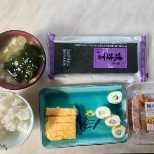 朝食は、チーカマ・胡瓜、卵焼き、酢飯、海苔、豆腐とわかめの味噌汁。梅干し。