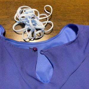 青いオーバーブラウスの後ろの一つボタンの留め紐を水色のマスクゴムにしました。