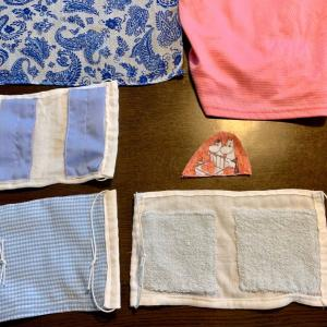 O先生への保冷材ポケット付きマスクに、ピンクのムーミン柄のダブルガーゼを縫い合わせます。紫の小花の刺繍も。