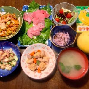 夕食は、きはだまぐろ切り落とし・すきみ・紫蘇、鶏・がんも・筍・人参・隠元煮、しば漬け入りなます(大根・胡瓜・茗荷・紫蘇)、胡瓜・茗荷、小松菜・キムチ・ラクレットチーズ、サニーレタス・ミニトマト、小松菜の味噌汁、グレープフルーツ・ルビー。手作り梅ジャム。