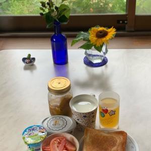 朝食は、トースト、発酵バター、梅ジャム、トマト、ヨーグルト、パイン&レモンジュース、牛乳。
