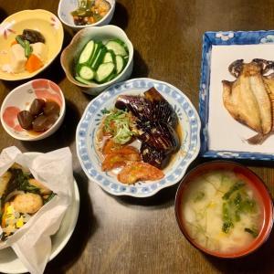 夕食は、エボダイの干物、鶏つくねと野菜の紙包み焼き、茄子・トマトの揚げ浸し、高野豆腐・椎茸・人参・隠元、おくら・茄子・人参の梅おかか和え、蒟蒻のピリ辛煮。
