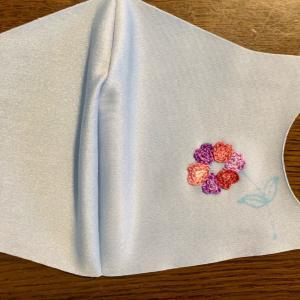 水色の接触冷感マスクに紫・ピンクの花を刺繍。アマビエの刺繍に追加。蓮華草の刺繍。