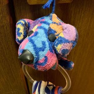 犬のタオルハンガーを夫が「捨てるか?」と訊いてきたので、「捨てない!」と言って台所の扉の取っ手に結びました。