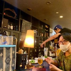 リサイクルカフェ・シオで、あそびあーと☆こども劇場いるまのサークル会。先日のあそびあーとの日の打ち上げです。Sさん。カウンターに並んで座り、マスクも。