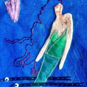 人魚姫と魔女の立体刺繍。人魚姫の髪はコーチングスティッチ。魔女もですが刺繍図案。このアンニュイな人魚姫の雰囲気が素敵なんだけど、再現できるかな・・・