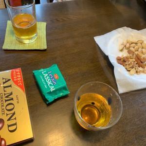 おやつは、アーモンドチョコ、クラッカー、ミックスナッツ、緑茶。お風呂上りに、アミノサプリCドリンク。