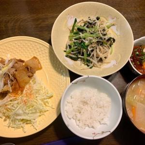 夕食は、豚・大根炒め・ネギ、千切りキャベツ、鰹ユッケ・温泉卵・小口ネギ、もやし・小松菜・海苔・胡麻のナムル、豚汁、ご飯、りんご、ゴールドキウイ。