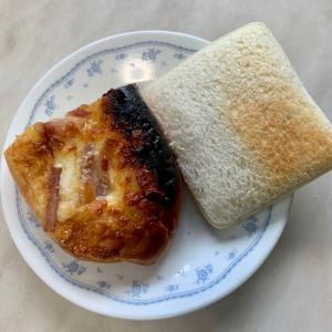 朝食は、ベーコンマヨネーズパン、ハムタマゴサンド。キャロットジュース。