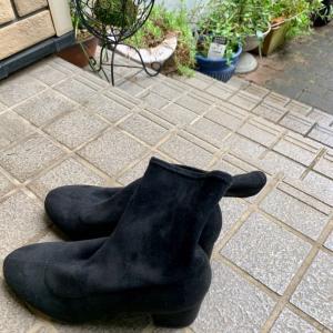 先日ユニクロで買った黒のストレッチショートブーツに、防水スプレーをかけました。