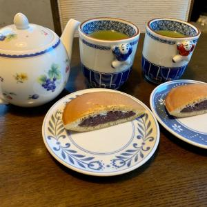 おやつは、生クリーム入りもっちりどら焼き、緑茶。