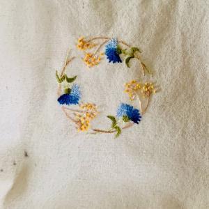 青・黄色い花を刺繍した生成りのトートバッグが汚れてしまった。刺繍した部分が汚れなくて良かったww洗剤で落としてみたけど、取れない・・・  上から防水スプレーもかけてしまったww