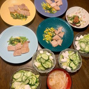 夕食は、豚ロースソテー、小松菜・コーン炒め、白はんぺん・胡瓜・レタスサラダ・胡麻ドレッシング、茄子・紫蘇・梅、もやし・麩の味噌汁、生プルーン、カプリコミニ。