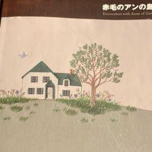 「赤毛のアンの島」の刺繍図案を複写し、オーガンジーやツィードを貼ってから、  グリーンゲイブルズの「雪の女王」(さくらんぼの木)の幹・枝を刺繍しました。