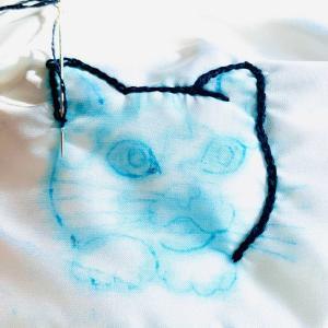 マスクに三毛猫の刺繍をしました。ほとんどチェーンステッチで。青い目。オッズアイにしようかとも思ったけど止めましたww黄色や輝きの白も入れて。