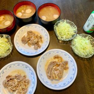 昼食は、ポークジンジャー(にんにく)、千切りキャベツ、麩・ネギ・白菜の味噌汁。麦ご飯。